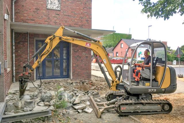 Die Bauarbeiten am Jülicher Kulturbahnhof haben begonnen. Foto: Dorothée Schenk